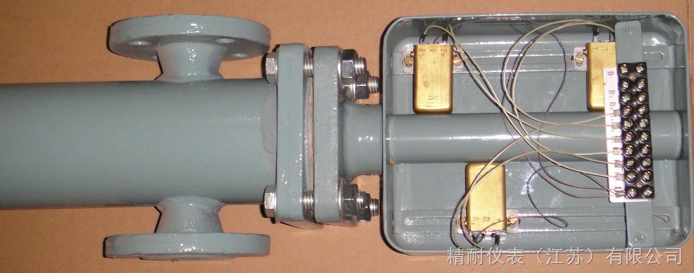 精耐仪表---精工技术,大量程,高精度,专业定制液位仪表,技术专工0517-86898009 JN-UFZ系列浮球液位计 高温高压大转角浮球液位计结构原理:由液位传感器和智能HART板(电流转换器)两部分组成,浮球与液位同步变化,控制干簧管吸合断开,从而使传感器内电阻成线性变化,再由转换器将电阻的变化转换成4~20mA标准电流信号并叠加HART数字信号输出。 高温高压大转角浮球液位计特点: 1、智能电子部件由一块主机板和一块液晶屏组成; 2、可就地按键调整最程和零点; 3、可用HART通讯手操器或微机与本